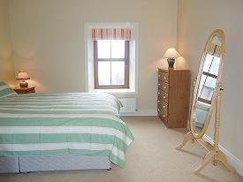 chambre avec lit double et lit superposé